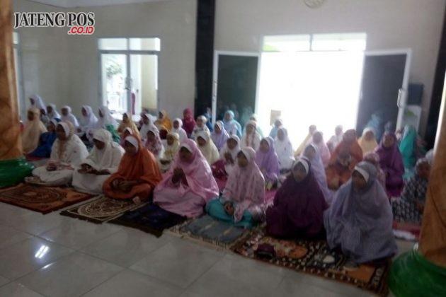 PPK RELIGIUS: Menumbuhkan semangat religius siswa/i SD Bangetayu Wetan 2 melaksanakan sholat berjamaah di Masjid setiap hari. Semoga menjadi anak Sholeh dab Sholehah Aamiin.