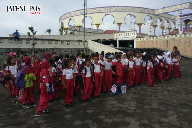 KE MAJT: Pembelajaran di luar kelas siswa SD Bugangan 03 mengunjungi Masjid Agung Jawa Tengah (MAJT). Salam PPK.