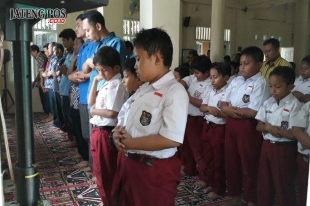 BERJAMAAH: Anak anak melaksanakan sholat dzuhur berjamaah di SD Sarirejo sebagai pengamalan penguatan PPK religi Islami. Hebat.