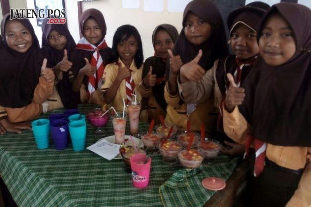SALAM PPK: Ekskul Pramuka SDN Karangrejo 01 berupa kegiatan wirausaha membuat minuman es buah hasil karya anak2.Sukses.