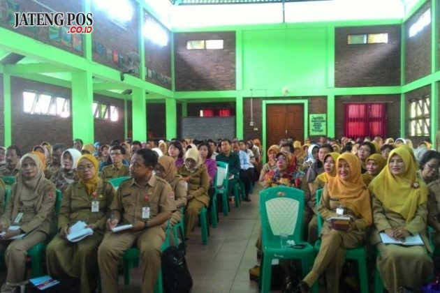 RAPAT : Rapat koordinasi dan konsolidasi sekolah pelaksana program pendidikan karakter SD tahun 2017 dan 2018 se kota Semarang di aula SD Srondol Wetan 02 kec. Banyumanik.