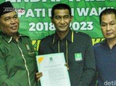 SERAHKAN REKOM:Ketua DPC PKB Kudus Ilwani memberikan surat rekomendasi dukungan ke Tamzil dan Hartopo di Kudus.