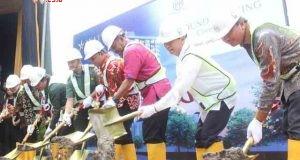 BATU PERTAMA : Pejabat Sekda Kota Semarang Agus Riyanto (tengah) bersama Guntur Raditya ketika melakukan peletakan batu pertama pembanginan Akavia Lifemark. Foto : DWI SAMBODO/JATENG POS.