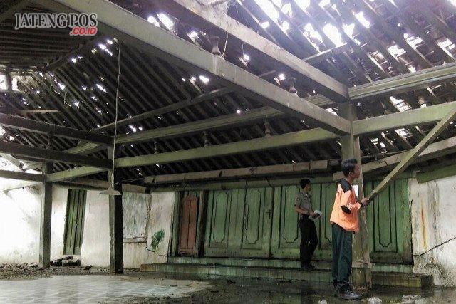 KEDUA: Atap nDalem Suryohamijayan yang amrol Kamis pagi. Diduga ambrolnya atap karena usia bangunan yang sudah uzur.