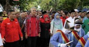 DAFTAR KPU:Pasangan bakal calon gubernur/wakil gubernur Jateng Ganjar Pranowo saat mendaftar di KPU Jateng, Selasa (9/1). Dalam pendaftaran itu ternyata tidak ada Partai Golkar sebagai pendukung/pengusung.