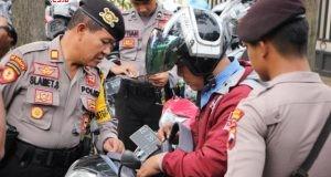 Polisi memeriksa setiap pengunjung Mapolres Semarang mengantisipasi ancaman teror