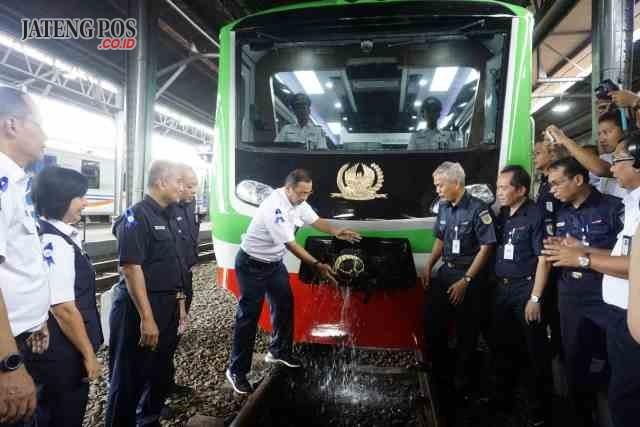 Direktur Utama PT KAI (Persero), Edi Sukmoro, Sabtu (6/1), meresmikan beroperasinya Kereta Api Inspeksi Generasi 2, di Stasiun Tawang Semarang. FOTO : PRASETYO /JATENG POS