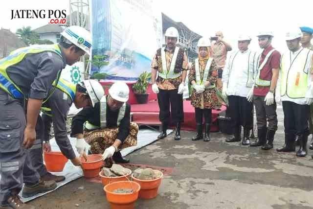 DIMULAI:Peletakan batu pertama gedung terpadu kantor sekda Sukoharjo yang dilaksanakan Minggu(14/1)