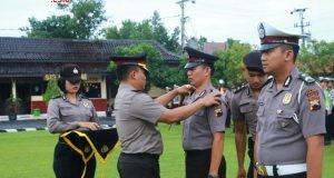 Kapolres AKBP Edi S. Sinulingga SIK melantik belasan anggota polisi berpangkat Brigadir di halaman Mapolres Batang