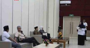 BACAGUB JATENG:Pasangan cagub/cawagub Jateng Ganjar Pranowo-Taj Yasin dan Sudirman Said-Ida Fauziyah tampak sibuk berbincang-bincang dengan pasangannya masing-masing menjelang pemeriksaan di RSUP dr.Kariadi Semarang, Jumat (12/1).