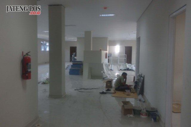 MASIH DIKERJAKAN: Para pekerja saat melakukan finishing gedung cuci darah RSUD Sragen
