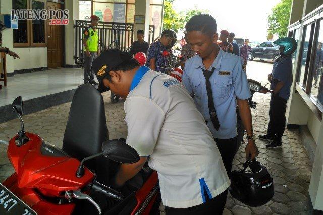 Kendaraan sepeda motor milik siswa SMK Bina Utama Kendal disweeping pihak sekolah barang kali membawa sajam