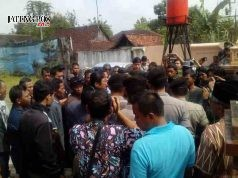 MEMANAS: Warga sempat bersitegang dengan aparat karena dilarang membentangkan spanduk. Bupati Sukoharko dalam pertemuan Muspida dengan warga masalah limbah PT RUM.