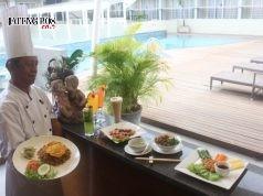 Engkong, Chef Executive tengah menunjukan ragam menu promo hasil kreasinya, di area kolam renang Quest Hotel Semarang.