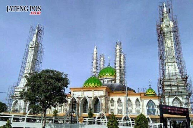 MUNDUR: Masjid Agung Baiturrahman Sukoharjo yang masih dalam tahap finishing