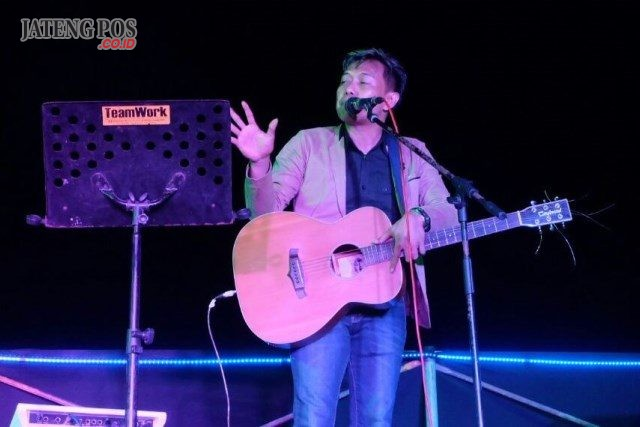 Aksi Mudi Taylor saat mengisi puncak acara malam tahun baru di Star Hotel Semarang
