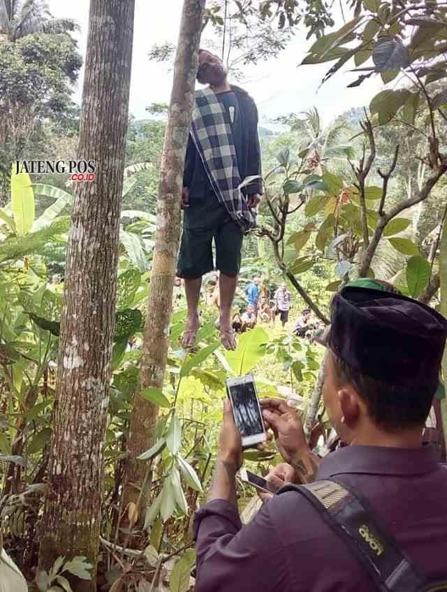 GANTUNG DIRI: Seorang pria warga Desa Pamriyan Kecamatan Pituruh ditemukan tergantung di pohon mangga dekat rumahnya, kemarin.