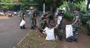 GOTONG ROYONG: Jajaran TNI AD benar-benar serius mendukung pencapaian swasembada pangan khususnya padi di daerah. Seperti yang dilakukan anggota Kodim 0718/Pati yang bersemangat membantu petani dan PPL.