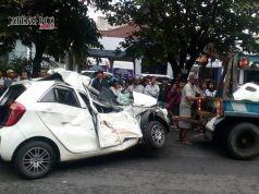 Mobil Kia Picanto yang rusak parah setelah tertabrak dan terseret kereta Prameks pengganti railbus Batara Kresna di Jalan Slamet Riyadi, Kamis (25/1) pagi.FOTO : WIJAYANTI PUTRI/JATENG POS