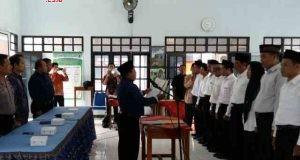 DILANTIK: Pengawas Pemilu Desa (PPD) tampak sedang dilantik di salah satu kecamatan di Kabupaten Kendal, Minggu (14/1). Totol dari Minggu kemarin ada 284 PPD se-Kabupaten Kendal yang dilantik.