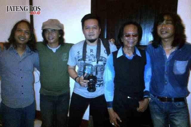 SEMANGAT TINGGI: Almarhum Yon Koeswoyo (memakai kacamata) tengah pose bersama usai tampil menghibur di Lawang Sewu Semarang tahun lalu.