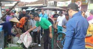 PANTAUAN: Bupati Abdul Hafidz bersama Wabup Bayu Andriyanto, meminta pedagang di luar pagar Pasar Rembang, segera menata dagangannya agar tidak meluber ke jalan.