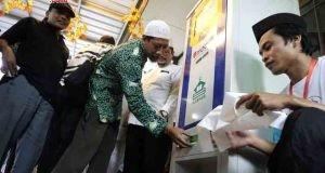 ATM BERAS : Masyarakat kini bisa mencoba Anjungan Terima Mandiri Beras (ATMB) hasil karya insinyur lulusan ITB di masjid Baiturahman Semarang.