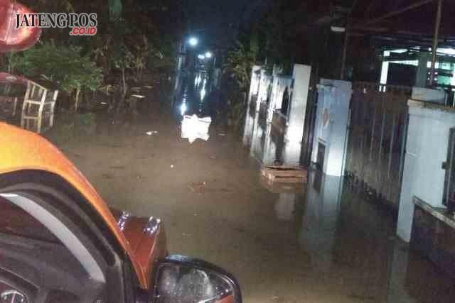 SETENGAH METER: Banjir menggenangi wilayah Desa Kismoyoso, Kecamatan Ngemplak, Boyolali. Foto : dok BPBD Boyolali