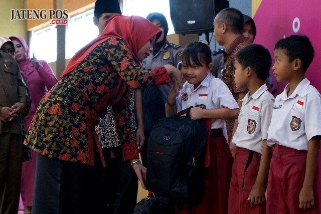 BANTUAN: Para siswa dari keluarga miskin dan yatim piatu di Boyolali menerima bantuan peralatan sekolah. Foto : aji jarmaji/jateng pos