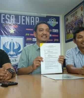 SPONSOR : CEO PT Mahesa Jenar Semarang, AS Sukawijaya bersama Direktur Bisnis Danur Rispriyanto (kanan) menunjukan draf kerjasama dengan PT Sido Muncul, kemarin. Alkomari/Jateng Pos