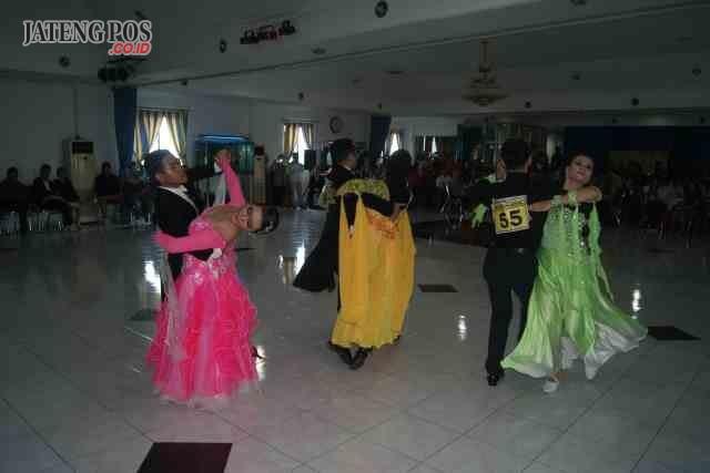 LATIHAN: Belasan pasang atlet dansa dari berbagai derah mengikuti ajang kualifikasi dansa persiapan menjelang Porprov Jateng 2018 di Hotel Kenari Kudus.