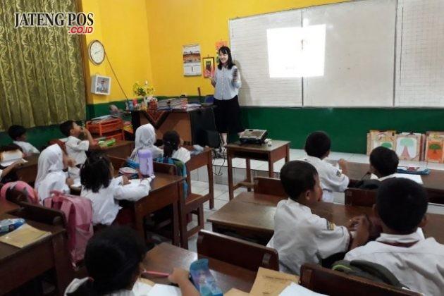 MAHASISWI CHINA: Kegiatan KBM kelas 1C bersama Miss Kelly, mahasiswa dari China bergabung dengan AIESEC UNDIP di SD Srondol Kulon 02 UPTD PEND KEC.BANYUMANIK. Hebat.
