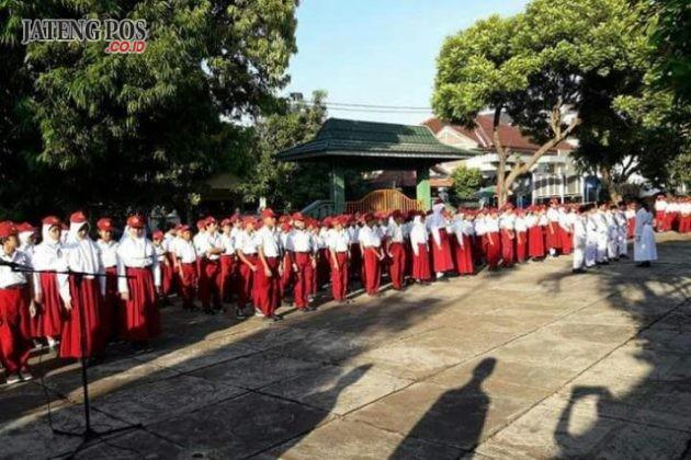 PENDIDIKAN KHARAKTER: SDN Karanganyar Gunung 02 Candisari Kota Semarang melaksanakan upacara bendera setiap hari senin untuk membiasakan kedisiplinan. Salam PPK Raligius, Nasionalis, Gotong Royong, Mandiri, Integritas.