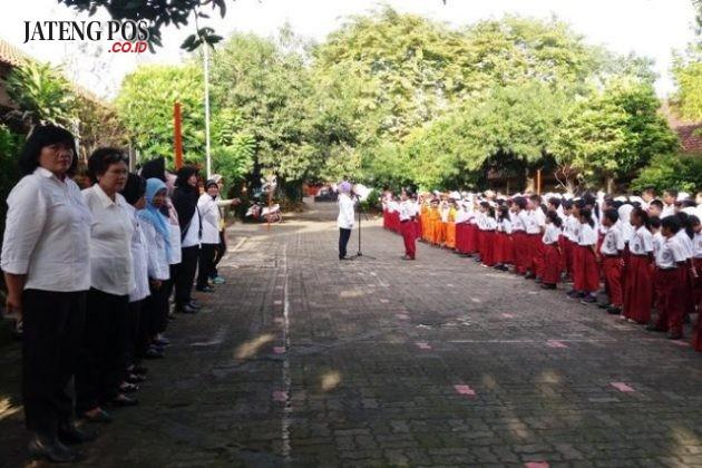 APEL KEDISIPLINAN: SDN Srondol Wetan 04 memprogramkan Apel Kedisiplinan tiap hari Rabu pagi. Kegiatan untuk mendisiplinkan siswa dalam berangkat sekolah. Hebat.