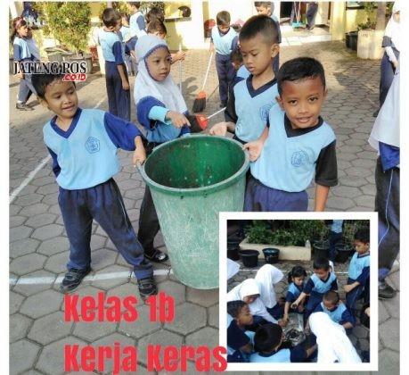 KERJA KERAS: Para siswa SDN Lamper Kidul 01 bahu membahu membersihkan lingkungan sekolah. Salam bersih dan sehat.