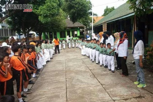 APEL PAGI: SDN Karanganyar Gunung 02 Candisari Kota Semarang melaksanakan apel pagi diakhiri dengan berjabat tangan dengan seluruh warga sekolah. Salam sukses selalu. PPK Yes!!!!