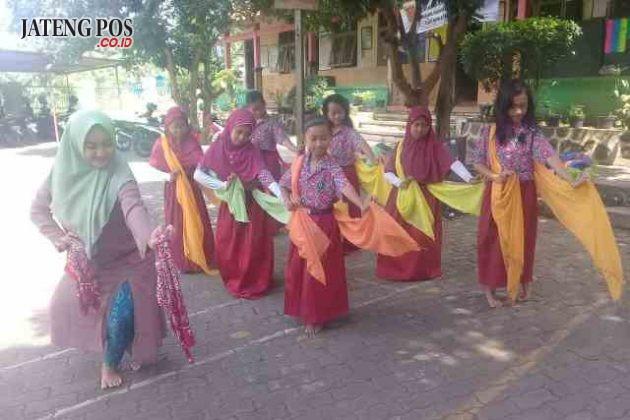 EKSTRA SENI: Kegiatan ekstra kurikuler seni tari klasik untuk nguri-uri budaya jawa SDN Srondol Kulon 03 Kecamatan Banyumanik Semarang.