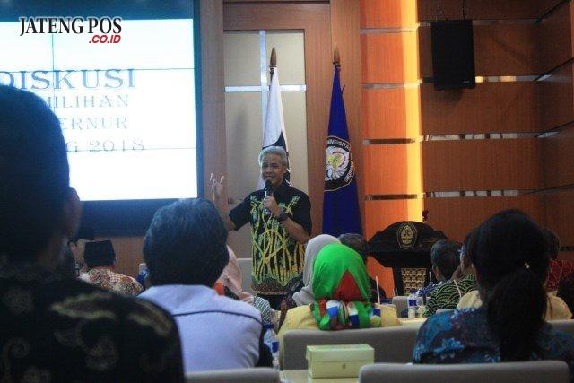 MENCARI SIMPATI: Gubernur Jateng Ganjar Pranowo saat memaparkan kinerjanya di hadapan dosen Undip di rektorat