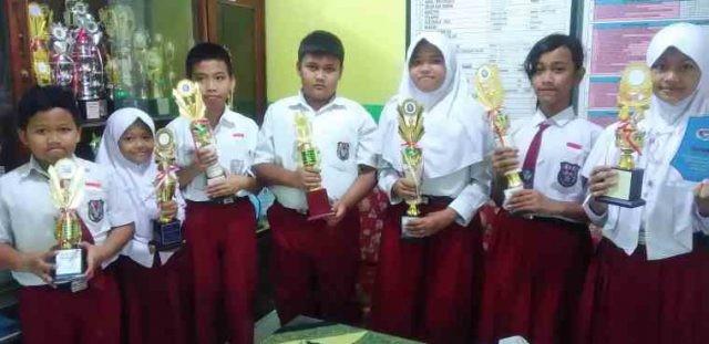 BANYAK PENGALAMAN: Sejumlah siswa SD Pedalangan 02 Banyumanik yang pernah juara taekwondo baik tingkat kota, Provinsi Jateng dan nasional foto bersama.