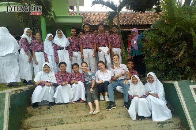 TAMBAH PENGETAHUAN: Siswa SMPN 26 foto bersama tiga guru asing usai belajar berbahasa Ingris di halaman sekolah.