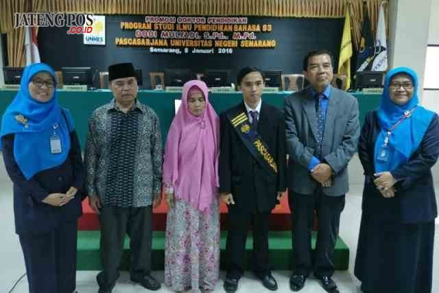 PROMOSI DOKTOR: Dr Dodi Mulyadi (tiga dari kanan) didamping orangtua (kiri) dan Rektor Unimus Prof Masruki (kanan) foto bersama