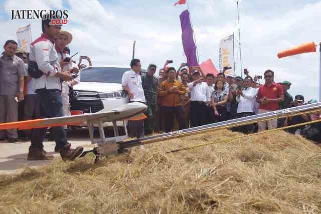DRONE PERTANIAN: Mentan RI Andi Amran Sulaiman didampingi Bupati Kudus Musthofa, menyaksikan launching Drone Pertanian dipersawahan Desa Berugenjang, Kecamatan Undaan, Kabupaten Kudus baru-baru ini.