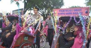 UNIK: Kapolres Polres Magelang Kota ikut mengayuh becak yang dinaiki anggota kepolisian purna tugas keliling Alun-alun Kota Magelang, kemarin