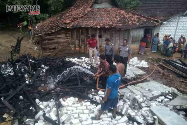 HANGUS: Diduga akibat hubungan arus pendek listrik, sebuah rumah di Desa Bonjor RT 8 RW 3 Kecamatan Sarang, Kabupaten Rembang milik seorang pria lansia ludes terbakar, baru-baru ini