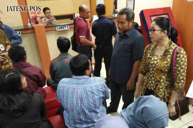CEK PELAYANAN : Ketua Komisi B DPRD Kota Semarang Agus Riyanto Slamet bersama jajarannya saat melakukan sidak ke kantor Bapenda