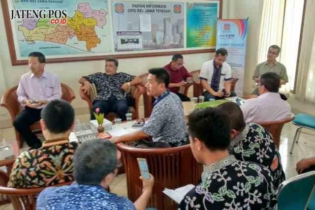 RAPAT : Para pengurus yang sebagian besar pengembang anggota DPD REI Jawa Tengah saat melakukan rapat untuk pendirian koperasi di Sekretariat Kantor DPD REI Jateng di Perumahan Semarang Indah, Rabu (10/1) kemarin. Alkomari/jateng pos