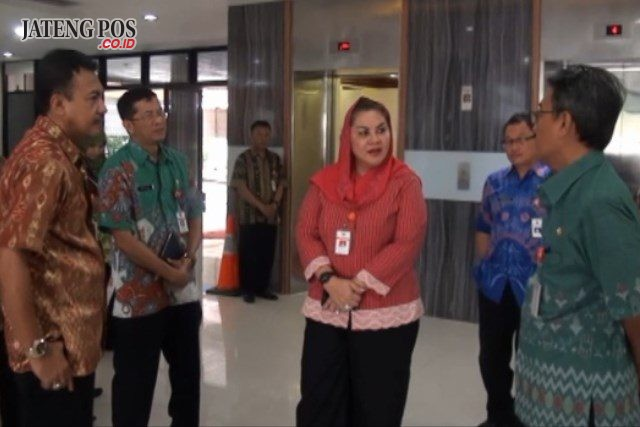 Wakil Walikota Semarang Hevearita Gunaryanti Rahayu mengecek pelayanan public usai libur akhir tahun, seperti di kantor DMP PTSP