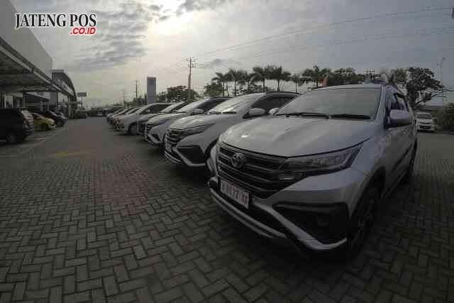 MOBIL : Tampak mobil Toyota All New Rush yang menjadi andalan dalam menghadapi pasar tahun ini. Aning Karindra / Jateng Pos