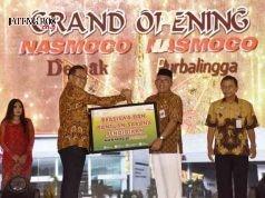CSR NASMOCO - Bupati Demak, HM Natsir menerima bantuan CSR dari Nasmoco, dalam Peresmian Outlet Nasmoco Demak, Rabu (24/1). FOTO : ANING KARINDRA/JATENG POS