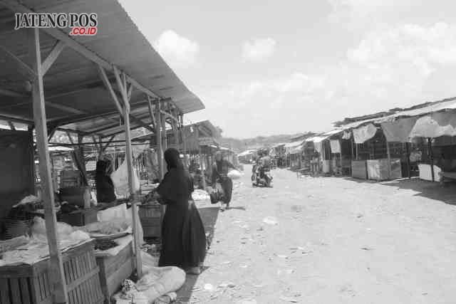 KIOS SEMENTARA: Pedagang masih menempati pasar darurat di Desa Tayu Kulon, Kecamatan Tayu